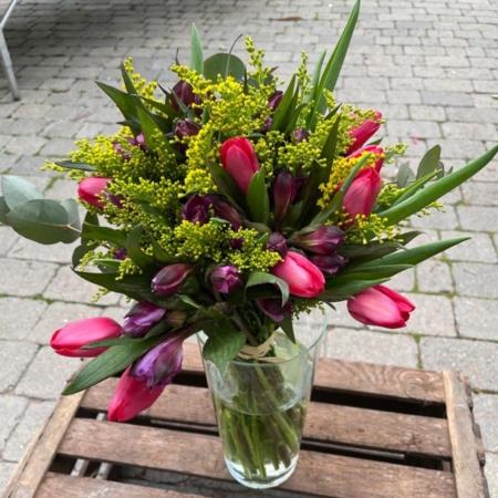 Ramo de tulipanes, solidago y astromelia