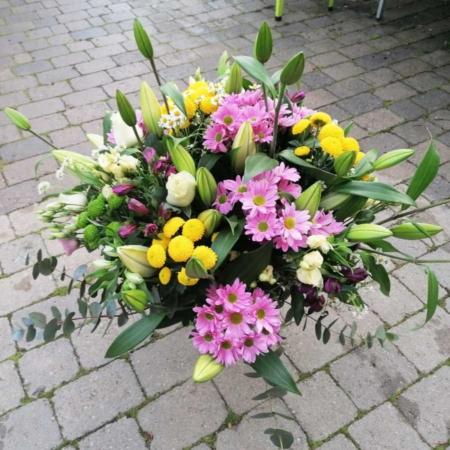 Centro variado grande margaritas, rosas, Alstromeria, lilium, lisianthus, camomila